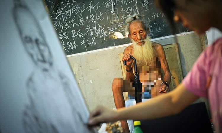 Ông Lý có thâm niên hơn 20 năm làm người mẫu tại các trường mỹ thuật ở tỉnh Quảng Châu. Ảnh: sina.