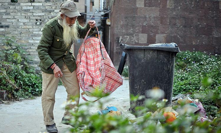 Ngoài làm người mẫu khỏa thân, người đàn ông 87 tuổi này còn đi nhặt rác để kiếm kế sinh nhai. Ảnh: sina.