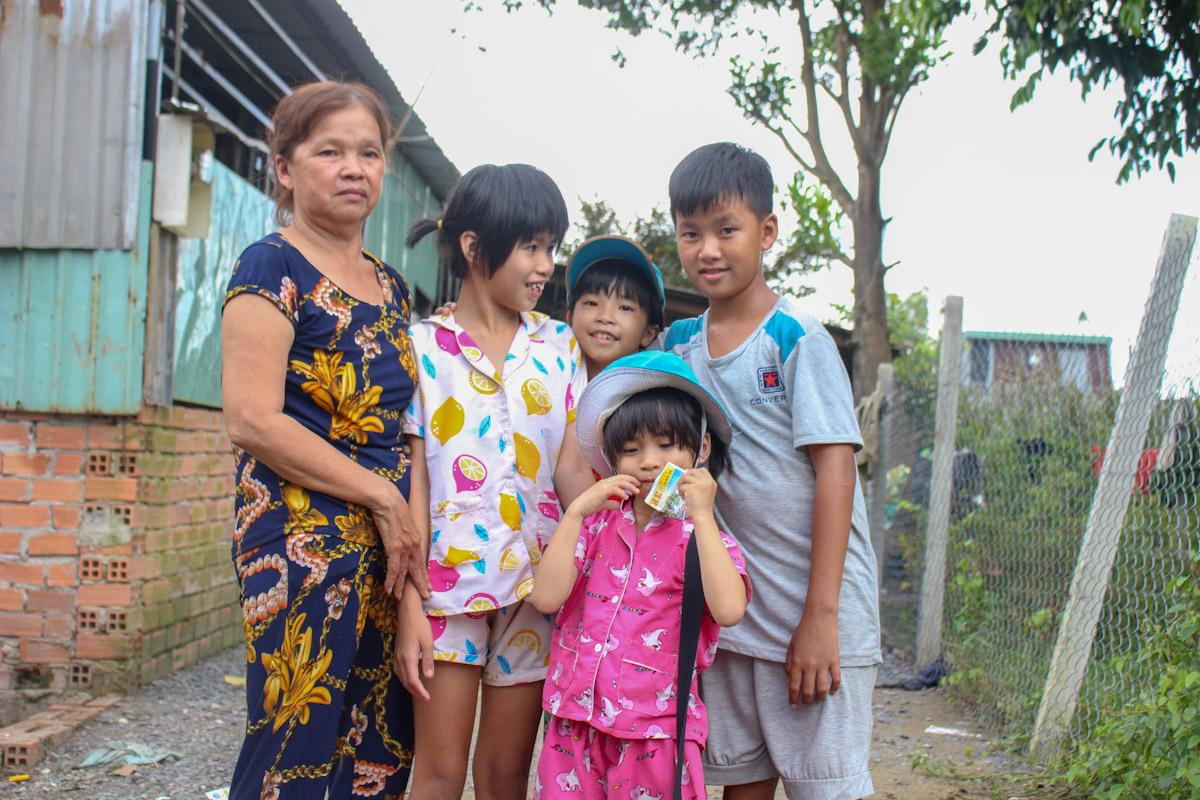 Những đứa trẻ thích đi bán vé số để phụ bà, riêng Tú Nguyên bị xuất huyết não từ 4 tháng tuổi thường xuyên co giật phải ở nhà. Ảnh: Diệp Phan.