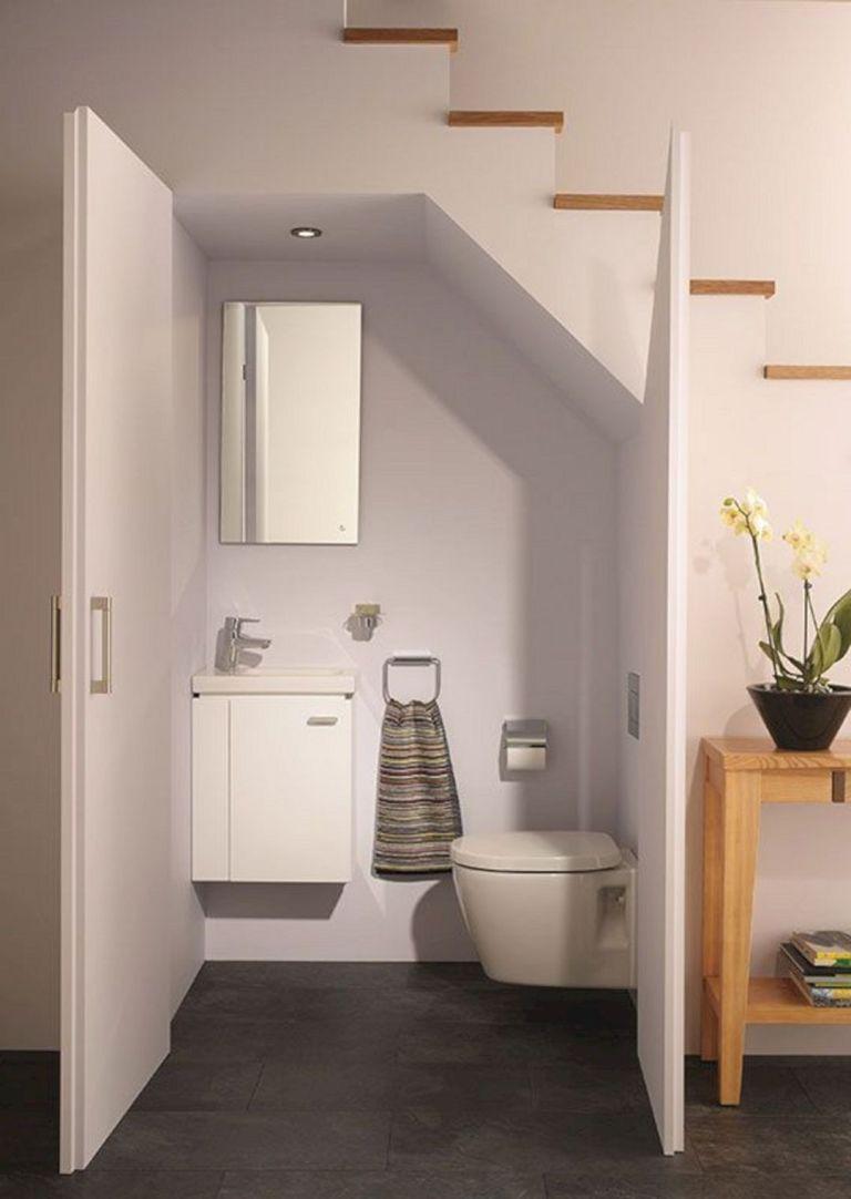 Trong mỗi ngôi nhà, mỗi mét vuông đều rất quan trọng, do đó gia chủ cần cân nhắc khi bố trí các không gian chức năng, không nên lãng phí. Gia đình có thể cân nhắc bố trí khu vệ sinh dưới cầu thang tùy thuộc vào yêu cầu.   Thông thường, phòng tắm dưới gầm cầu thang thiết kế theo phong cách tối giản. giản. Gia chủ hãy chọn bồn cầu gắn trên tường, chậu rửa nhỏ để tiết kiệm không gian.