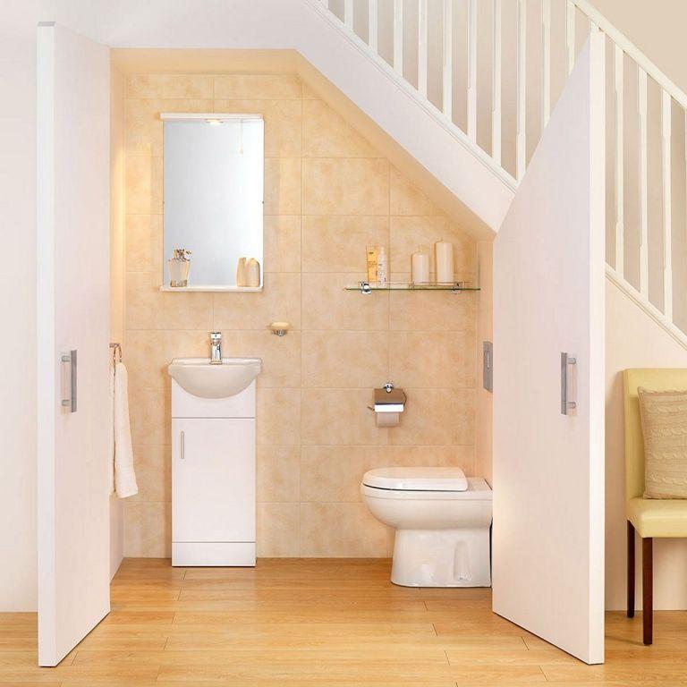 Nhà tắm ở dưới cầu thang có tần suất sử dụng thấp, nếu không gian thường xuyên được sử dụng thì gia đình cần mở rộng diện tích, lên ý tưởng thiết kế giúp thoát mùi, thông thoáng.
