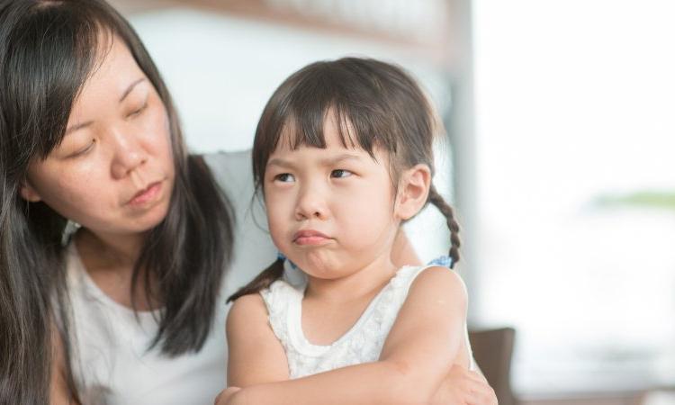 Sụ bảo vệ của cha mẹ về quyền lợi của trẻ là một việc làm cần thiết để trẻ cảm thấy tự tin hơn. Ảnh: pinterest.