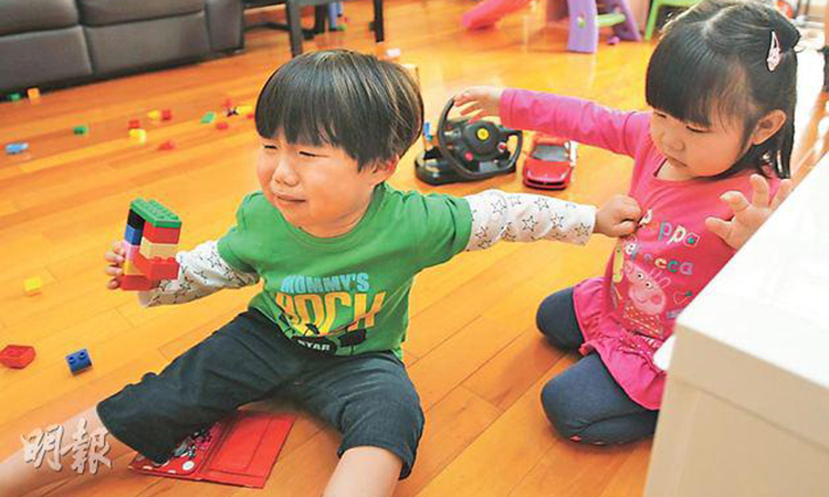 Nhiều trẻ bị người lớn mắng là ích kỷ, nhỏ nhen khi không nhường đồ chơi cho anh em, bạn bè. Ảnh: Mingpao.com