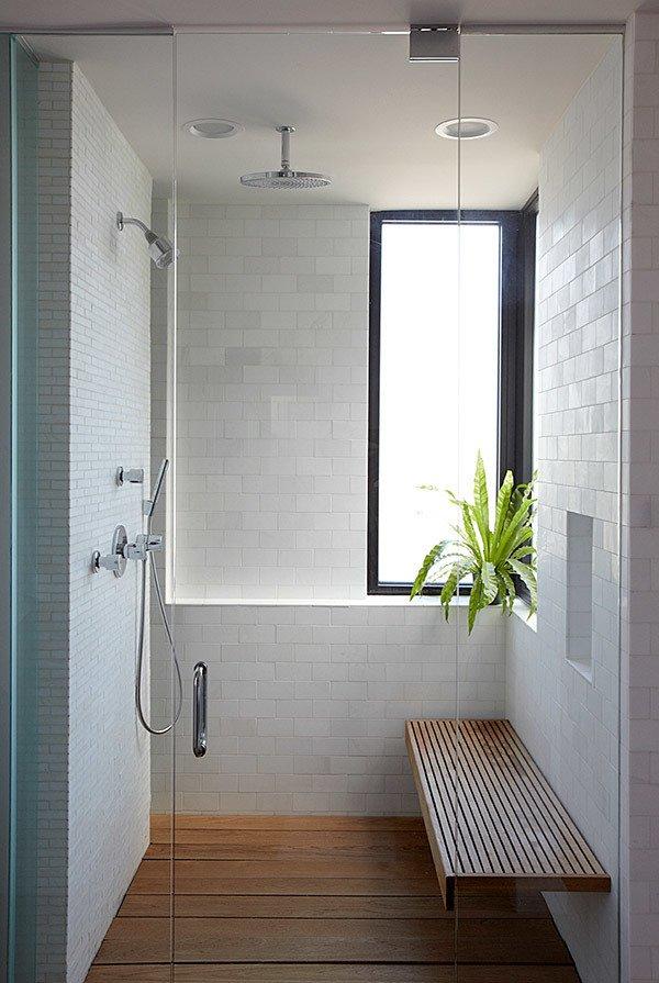 Sử dụng ghế tắm: Với không gian nhỏ, để tối giản hơn, chủ nhà có thể thay thế bằng ghế tắm và vòi sen. Ảnh: Ranquist Development.