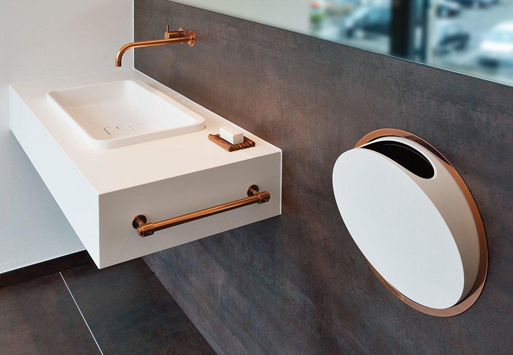 Các chi tiết nhỏ như vòi nước, móc treo... cũng có thể biến tấu với màu bóng, nổi bật để tạo điểm nhấn. Ảnh: Arne Jacobsen