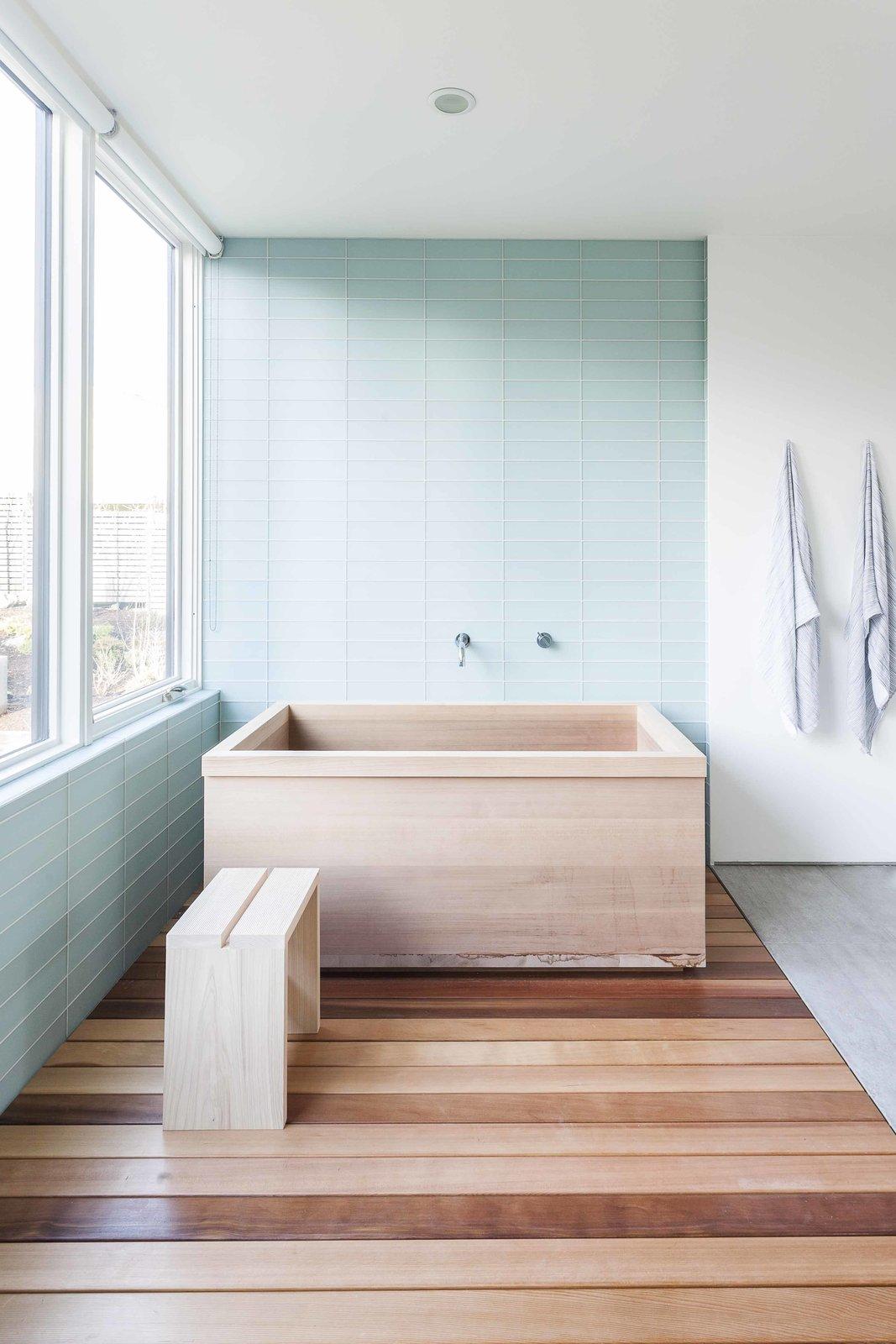 Hướng đông: Đây là phòng tắm lấy cảm hứng từ phong cách Nhật Bản. Phòng tắm này chỉ gồm một chiếc bồn tắm gỗ tuyết tùng, một chiếc ghế và vài móc đồ để treo khăn tắm. Điểm nhấn của phòng tắm này là cửa sổ lớn, đón ánh sáng tự nhiên.