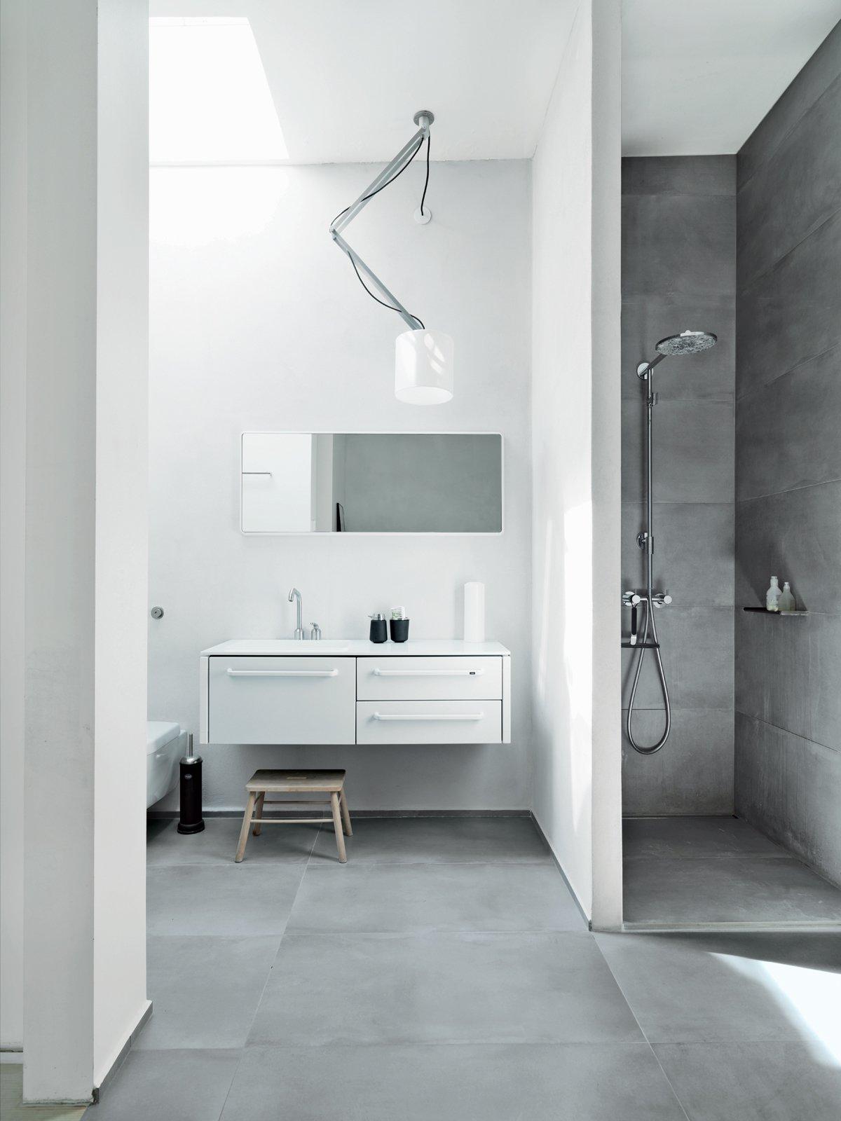 Nội thất trong phòng tắm tối giản cần đa năng và tiết kiệm diện tích. Do đó, các thiết bị như gương tích hợp tủ dự trữ, vanity treo tường... Ảnh: Anders Hviid