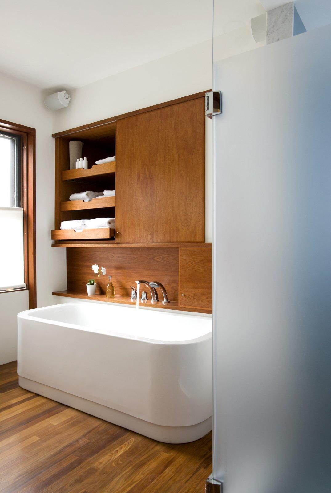 Không gian lưu trữ lớn: Bồn tắm là điểm nhấn của trong phòng, cũng là thứ giúp tâm trạng người dùng tốt hơn. Để tiết kiệm không gian, chủ nhà có thể tận dụng phần tường trên bồn tắm để lắp đặt tụ dự trữ đồ. Ảnh: Eric Roth