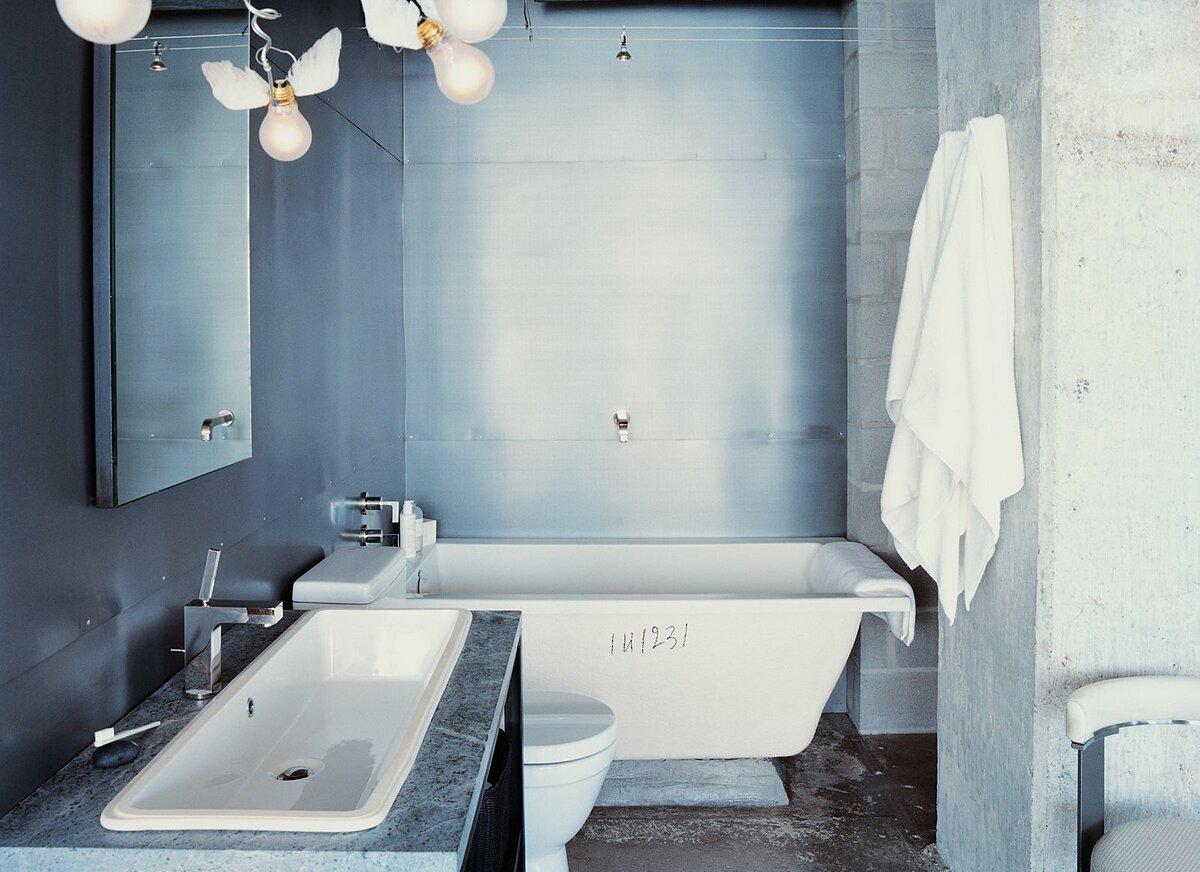 Với phòng tắm theo phong cách tối giản, chủ nhà có thể lắp đặt thêm các loại đèn cách điệu làm điểm nhấn. Ảnh: Dean Kaufman