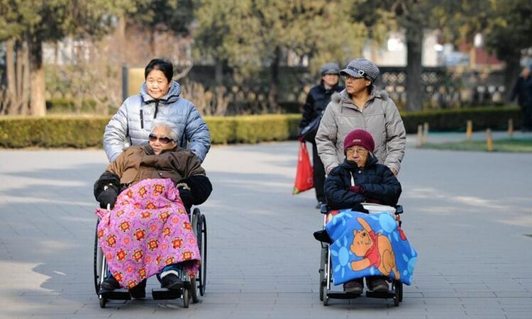 Khi cha mẹ ở tuổi cao niên, sự phụng dưỡng của con cái rất cần thiết. Ảnh:WSJ.