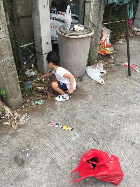 Cậu bé Thái Lan phải đi nhặt rác thì than vãn chuyện học hành. Ảnh: Nuttanitcha Chotsirimeteekul.