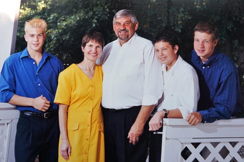 Vợ chồng Brian và Joanne bên ba con trai. Ảnh: Brian Barnes.
