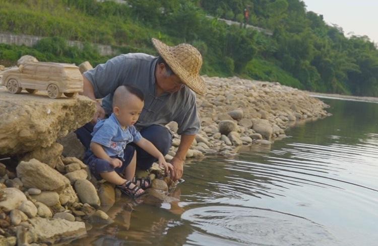 Năm 2017, ông nội Amu cùng vợ chuyển đến khu tự trị Quảng Tây để chăm sóc cháu trai. Ảnh: Wang Baocheng