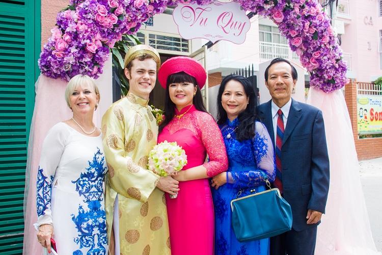 Dalen và bạn gái Việt Nam kết hôn năm 2015, sau hai năm anh tỏ tình với cô trên đảo Bali. Tình yêu của họ được cha mẹ hai bên và bạn bè chúc phúc. Ảnh: Nhân vật cung cấp.
