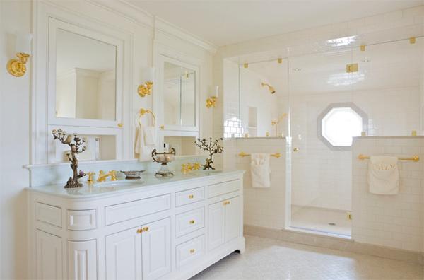 Không gian phân chia rõ khu vực tắm, chậu rửa, phòng tắm lấy tông màu sắc trắng làm chủ đạo. Tuy nhiên, việc bố trí màu vàng ở móc treo đồ, vòi rửa, tay cầm cửa... giúp không gian thẩm mỹ.
