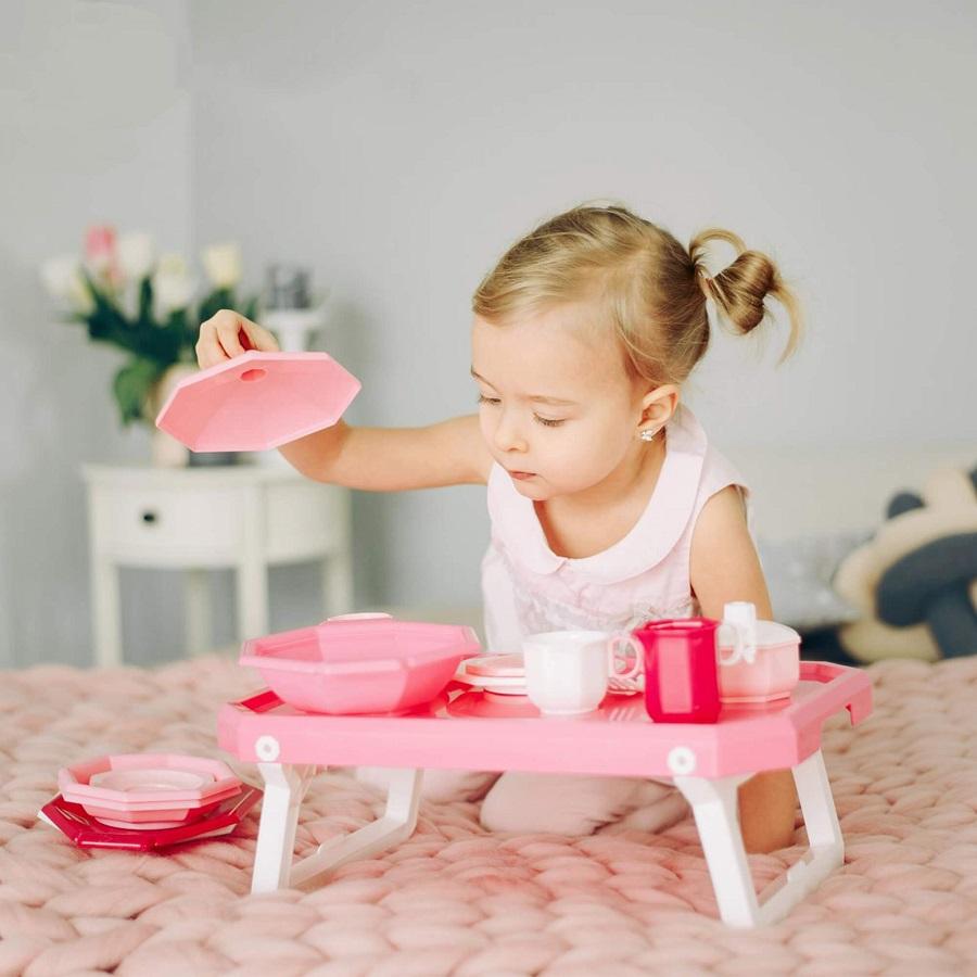 Bộ đồ chơi nấu ăn Retro 29 chi tiết kèm bàn giúp cho bé phát triển tính sáng tạo, trí tưởng tượn, giúp bé khám phá và làm quen với dụng cụ nhà bếp một cách hào hứng và thích thú. Các chi tiết được làm từ chất liệu nhựa nguyên sinh màu hồng, thiết kế vừa tay, dễ dàng vệ sinh. Sản phẩm có giá 449.000 đồng, giảm 10% còn 404.000 đồng.