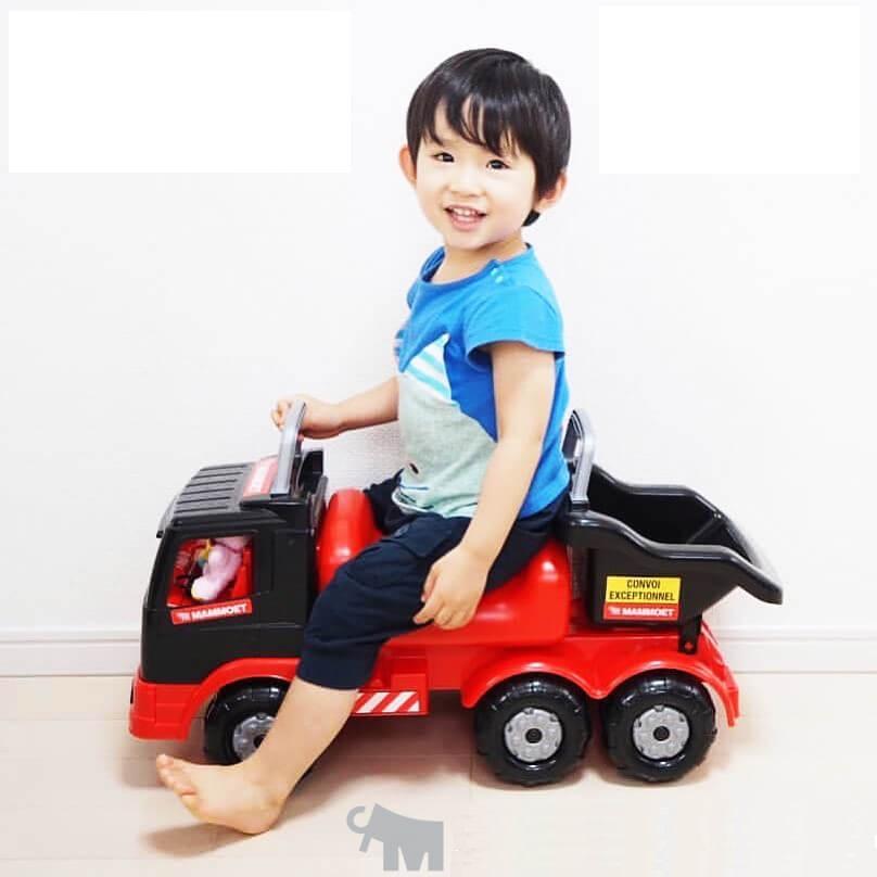 Xe chòi chân Mammoetthuộc nhóm đồ chơi vận động, mang kích thước thu nhỏ của xe tải nhưng được thiết kế cho bé ngồi lên trên, có thêm 2 tay vịn trước và sau xe đảm bảo sự thích thú của bé khi trải nghiệm chơi xe cùng phụ huynh. Sản phẩm có trọng lượng 2,3kg, kích thước 71 x 27 x 32 cm, đang được bán với giá ưu đãi 10% là 1,106 triệu đồng. THÔNG TIN CHUNG