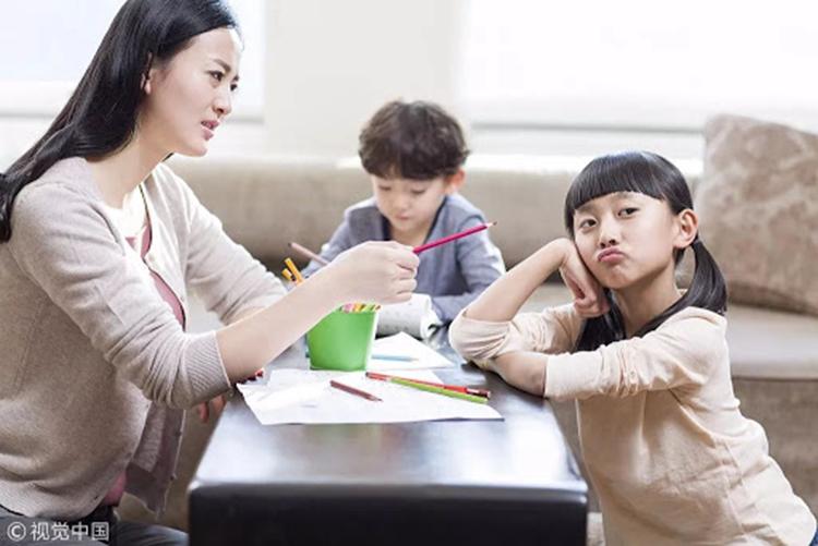 Ép con làm theo ý mình là tâm lý chung của nhiều bậc làm cha mẹ hiện đại. Ảnh: The paper.