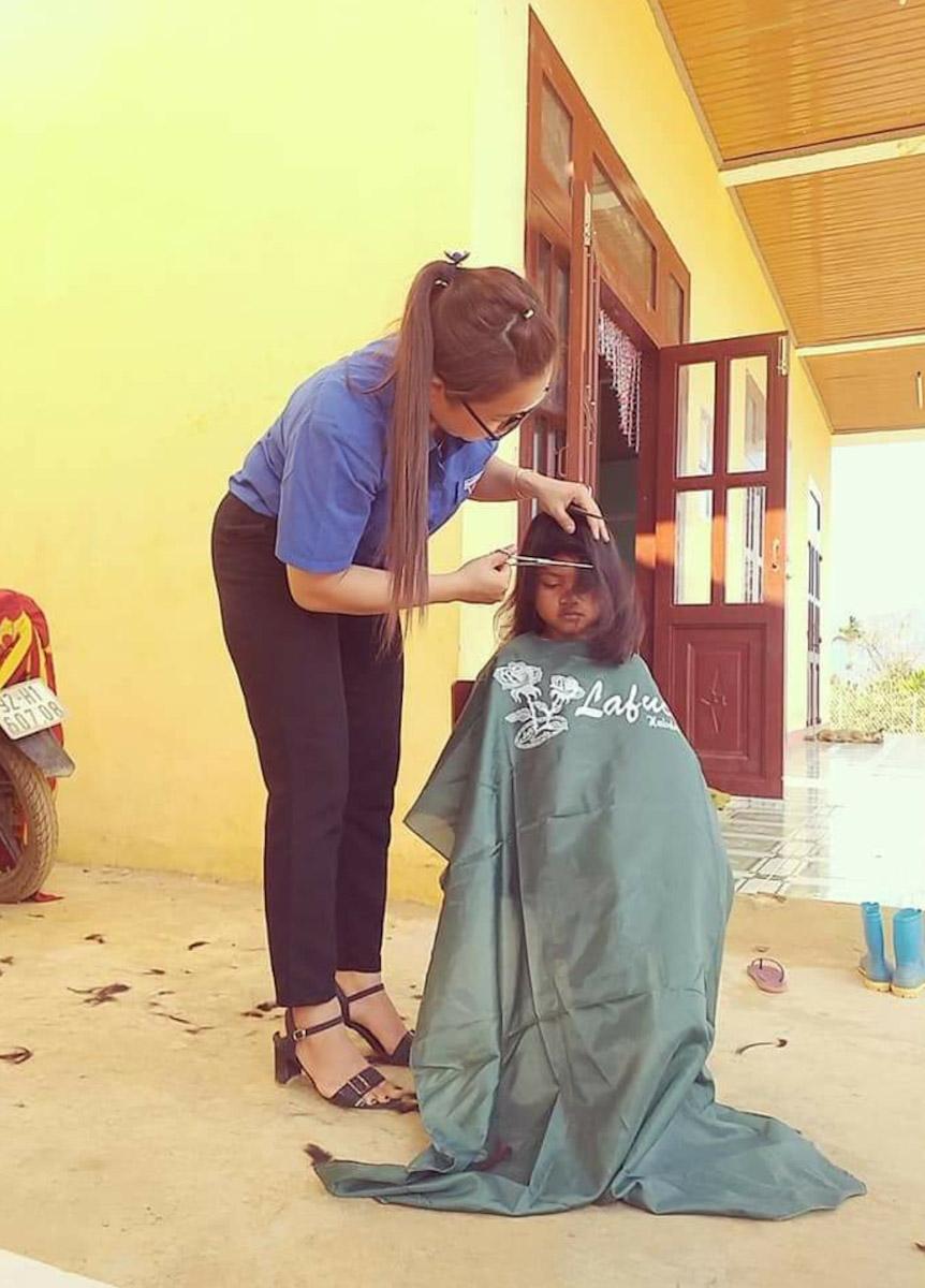 Sau những kỳ nghỉ dài như lễ Tết, nghỉ hè và trong đợt dịch Covid -19 vừa rồi khi trở lại trường, cô Thu Ba và những giáo viên khác trong trường phải cắt tóc, cắt móng tay cho học sinh. Ảnh: Nhân vật cung cấp.