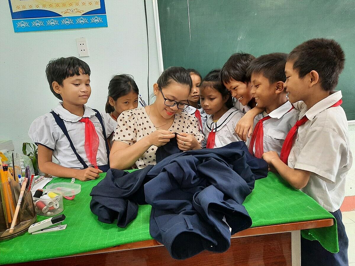 33 học sinh lớp cô Thu Ba chủ nhiệm rất háo hức khi được mặc những bộ đồng phục mới của cô sửa lại. Ảnh: Nhân vật cung cấp.