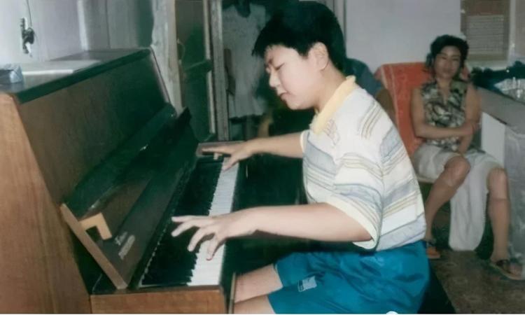 Thiên tài âm nhạc Lang Lang phải tập đàn khi còn nhỏ với sự kỳ vọng lớn lao của người cha. Ảnh: zhuanlan.zhihu.com