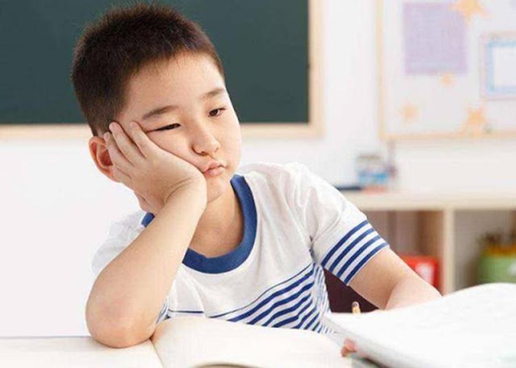Mất tập trung ảnh hưởng đến chất lượng học tập, phương pháp làm việc của trẻ trong tương lai. Ảnh: sina.
