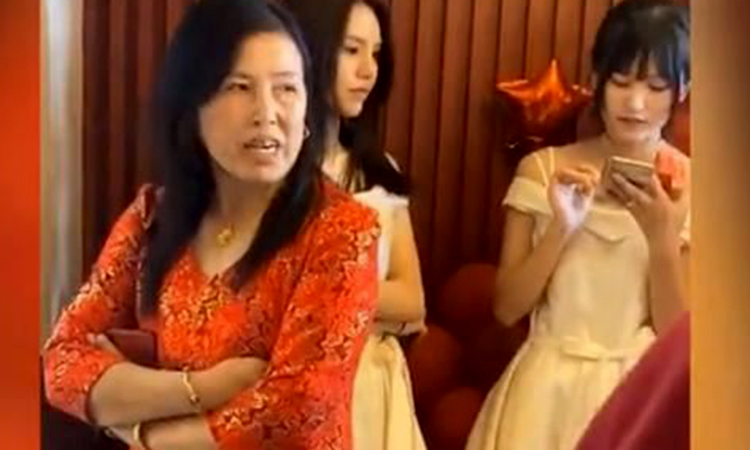 Mẹ đẻ của cô dâu ngăn cản chú rể vào rước dâu vì chê tiền lì xì quá ít. Ảnh: aboluowang.