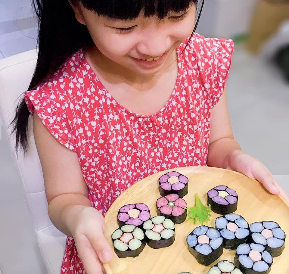 Con gái chị Phượng thích thú trước món cơm cuộn hoa anh đào mẹ làm. Ảnh: Nhân vật cung cấp.