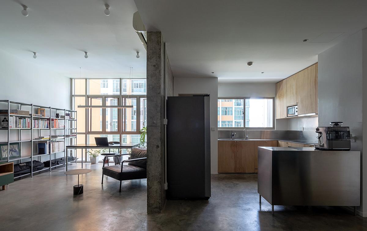 Không gian phòng khách/phòng làm việc và phòng bếp/phòng ăn. Ảnh: Triệu Chiến.