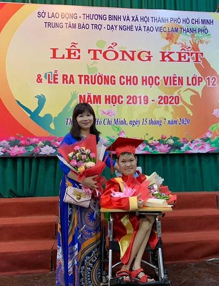 Nguyễn Trần Lê Hạc và mẹ trong ngày lễ tốt nghiệp. Cậu là học sinh giỏi toàn diện của trường suốt 12 năm qua. Ảnh: Nhân vật cung cấp.