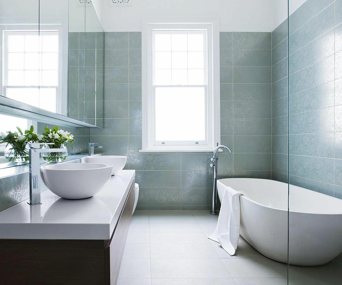 Cửa sổ giúp phòng tắm đón ánh sáng tự nhiên hiệu quả.