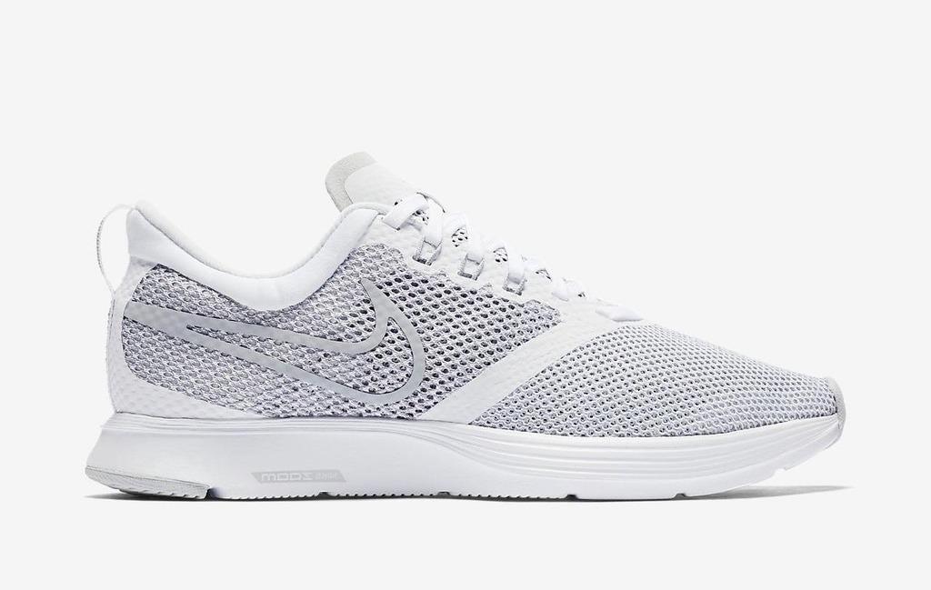 Cùng mức giá 1,283 triệu đồng, mẫu giày chạy bộ Nike Zoom Strike AJ0188-100 thích hợp với những nàng chuộng giày sáng màu. Vẫn là chất liệu vải lưới thoáng khí, mặt trong giày trang bị thêm lớp đệm, tạo cảm giác êm ái và ôm sát cho chân khi mang.