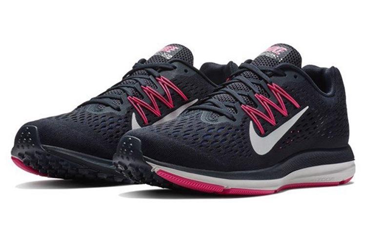 Giày chạy bộ nữ Nike Zoom Winflo 5 AA7414-403 thiết kế ôm sát chân, tạo sự thoải mái, chắc chắn khi vận động. Chất liệu vải lưới thoáng khí được trang bị cả mặt trong và ngoài, giúp hạn chế tình trạng hầm bí, mau khô hơn khi giặt hoặc ướt mưa. Giày có giá giảm sâu còn 1,268 triệu đồng (giá gốc đến 2,669 triệu đồng).