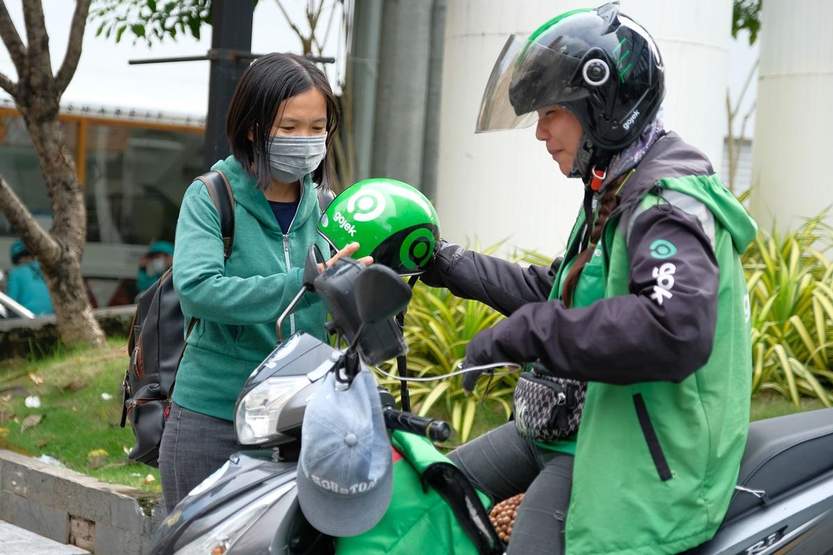 Đối tác tài xế Gojek Ông Thị Kim Ngân nhiều lần bớt tiền cho khách khi họ không có tiền lẻ. Ảnh: Phương Phương.