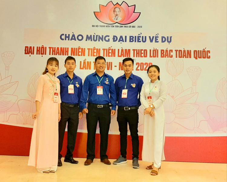 Nguyễn Kim Long (người thứ 2, từ bên phải) cùng những thanh niên tiên tiến tỉnh Lâm Đồng dự Đại hội thanh niên tiên tiến toàn quốc năm 2020. Ảnh: Nhân vật cung cấp.