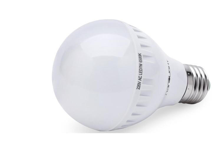 Đèn LED NanoLight 7W cung cấp ánh sáng trắng, không nhấp nháy. Vỏ đèn được làm bằng nhựa cách nhiệt, ít tỏa nhiệt khi đèn hoạt động trong thời gian dài, không có bức xạ tia cực tím và hồng ngoại. Công suất 7W tiết kiệm điện. Thời gian chiếu sáng lên đến 25.000 giờ. Sản phẩm đang được bán với giá ưu đãi 85.000 đồng.
