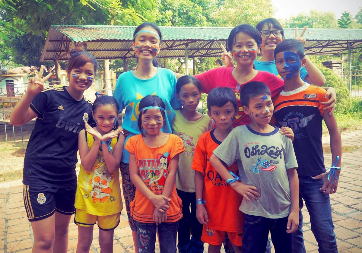 Thúy Ngân (áo đỏ) cùng các tình nguyện viên đã dành 6 tuần mang dự án công nghệ đến với 60 trẻ ở Trung tâm Hy vọng, Lập Thạch, Vĩnh Phúc, hè năm 2014. Ảnh: Nhân vật cung cấp.