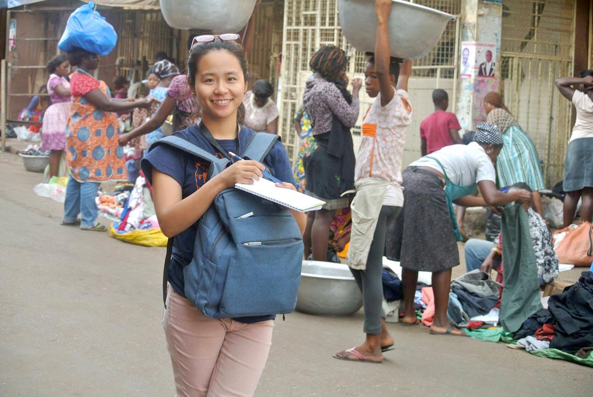 Nguyễn Thúy Ngân nghiên cứu thực địa tại chợ Madina, Ghana năm 2016 cho dự án khởi nghiệp của cô. Ảnh: Nhân vật cung cấp.