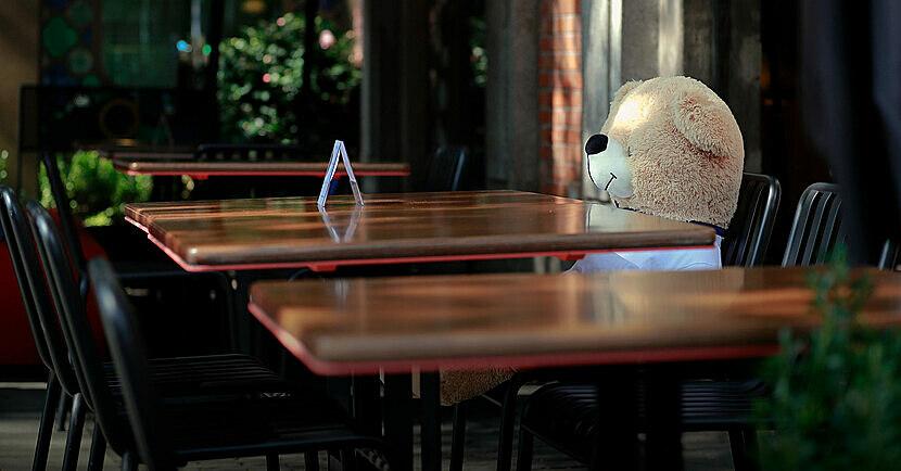 Gấu bông trên ghế một quán ăn ở Thượng Hải. Ảnh: Tang Yanjun/CNS/People Visual.