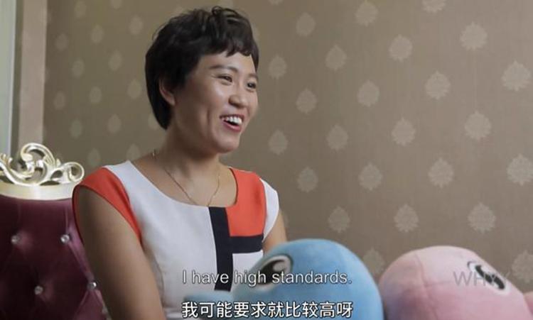 Khâu Hoa Mai là một nữ luật sư nổi tiếng ở Bắc Kinh. Nhưng vì chưa lập gia đình nên ở quê cô vẫn bị coi là dưới đáy xã hội. Ảnh: qq.
