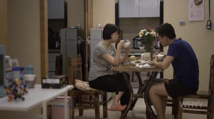Vợ chồng Cái Kỳ không biết nói gì với nhau trong bữa ăn, dù họ là vợ chồng. Ảnh: qq.