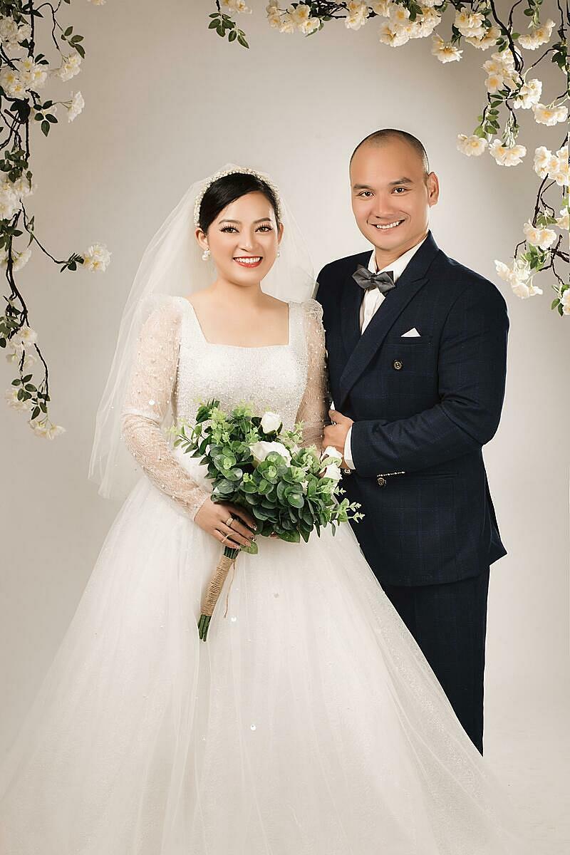 Vợ chồng Tường Nghĩa có tổ chức một buổi tiệc báo hỉ nhỏ ở quê nhà Gia Lai vào tháng 7. Ngày 10/10, họ tổ chức đám cưới tại Sài Gòn với sự tham dự, chúc phúc của nhiều nghệ sĩ, nhà thiết kế và những người bạn vận động viên của Lợi... Ảnh: Nhân vật cung cấp.