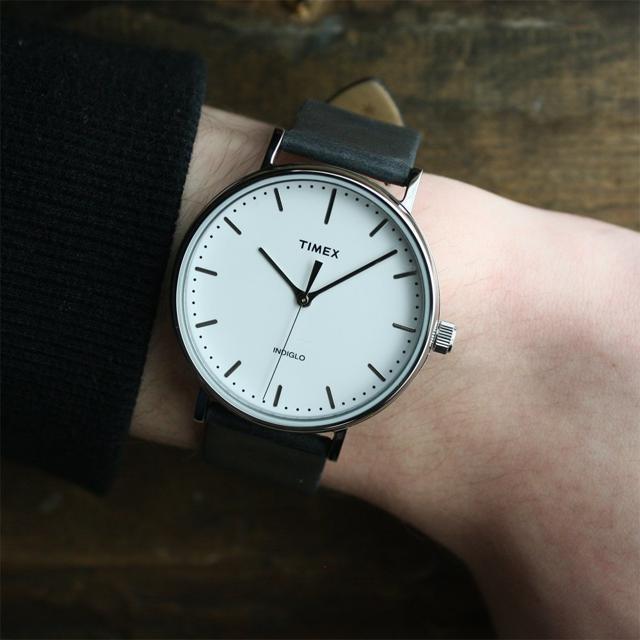 Đồng hồ nam Timex The Fairfield TW2R26300 có thiết kế tối giản với mặt số màu trắng và dây đeo da màu đen thanh lịch. Đường kính mặt 41 mm, hợp với đa số cỡ cổ tay của nam giới. Đồng hồ được chế tác theo công nghệ được sử dụng trong quân đội Mỹ, viền và vỏ máy làm từ hợp kim thép không gỉ. Sản phẩm có giá giảm 42% còn 1,821 triệu đồng (giá gốc 3,14 triệu đồng).
