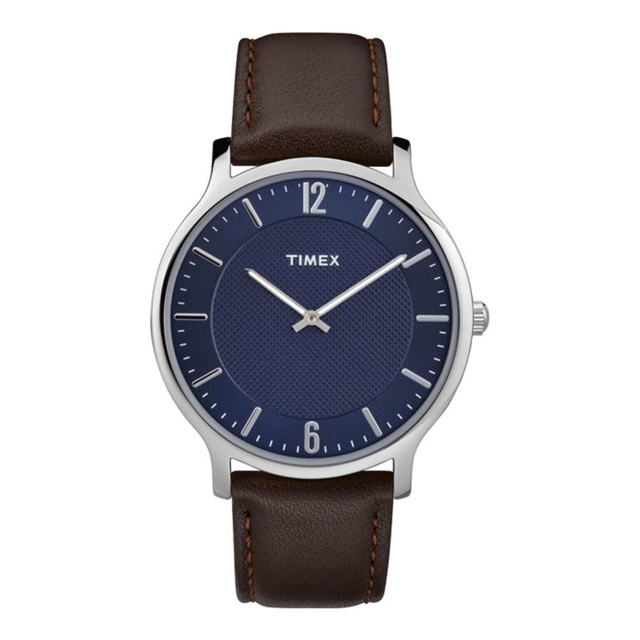 Vẫn là thiết kế đơn giản với mặt tròn và dây đeo da, đồng hồ nam Timex Metropolitan TW2R49900 tạo điểm nhấn khác biệt với mặt số màu xanh navy cá tính. Mặt kính khoáng đường kính 40 mm, chống trầy xước và va đập hiệu quả. Khả năng chống nước ở độ sâu 30 m, cho phép người đeo thoải mái rửa tay hay đi mưa. Sản phẩm có giá 1,78 triệu đồng, giảm 42% so với giá gốc. Mẫu Metropolitan còn có lựa chọn màu khác là TW2R49700 với mặt số màu xám, dây đeo màu da bò nhạt và TW2R50100 màu đen nam tính.