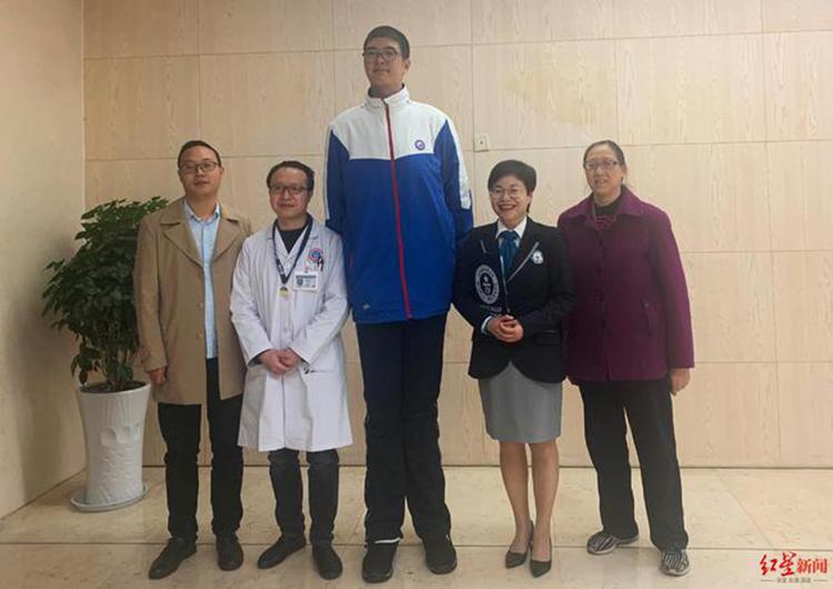 Vi Tiểu Vũ 14 tuổi nhưng có chiều cao lên tới 2m21. Ảnh: weibo.