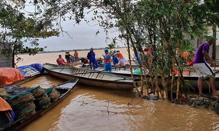 Điểm tập kết hàng cứu trợ, vị trí giữa hai thôn Xuân Dục (Xuân Ninh) và Đồng Tư (Hiền Ninh). Ảnh: Tôn Nữ Khánh Tùng.