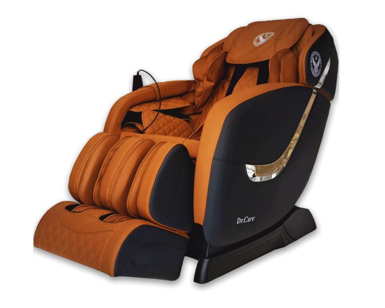 Ghế massage Dr.Care Golfer – GF838 bọc chất liệu da có độ bền 8-10 năm với màu đen và nâu vàng, trọng lượng 88 kg, kích thước 128 x 83 x 120 cm, sử dụng nguồn điện 220, công suất tối đa 150 W. Ghế trang bị 2 bộ máy massage tân tiến nhất của Dr.Care với tổng cộng 8 tay đấm, tương đương 4 người xoa bóp đấm lưng cùng lúc, giúp tăng đôi hiệu quả massage so với ghế chỉ có 1 bộ máy. Hai máy massage sẽ giữ chặt cơ thể, kéo căng, duỗi thẳng cơ thể đem đến cảm giác thư giãn, thoải mái. Sản phẩm bảo hành 5 năm, có giá niêm yết 61 triệu đồng, đang được giảm 49% còn 31 triệu đồng.