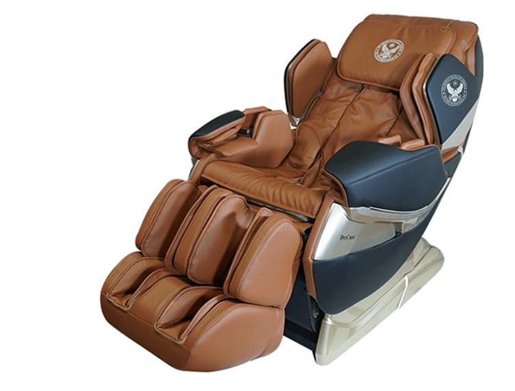 ghế Massage Dr.Care Atoz MC819 có trọng lượng 97 kg, kích thước 142 x 77,5 x 90 cm, sử dụng nguồn điện 220V, công suất tối đa 150 W. Ghế thiết kế theo mẫu ghế trên tàu vũ trụ, dành cho phi hành gia. Nhờ ba cung bậc ôm siết bờ vai có thể điều chỉnh, toàn bộ cơ thể người sử dụng được ôm trọn trong lòng ghế. Hệ thống massage di chuyển từ đỉnh đầu đến bên dưới vùng mông đùi,massage tỉ mỉ từng vùng cơ thể. Cánh tay và bàn tay được massage theo hình xoắn ốc.Lòng bàn chân có những con lăn thực hiện xoa bóp, vuốt, miết, ấn huyệt, xoáy sâu các kiểu. Phần lưng massage kết hợp xông nóng, giúp lưu thông máu dễ dàng hơn.Sản phẩm có giá niêm yết 79 triệu đồng, đang ưu đãi 47% còn 42 triệu đồng.