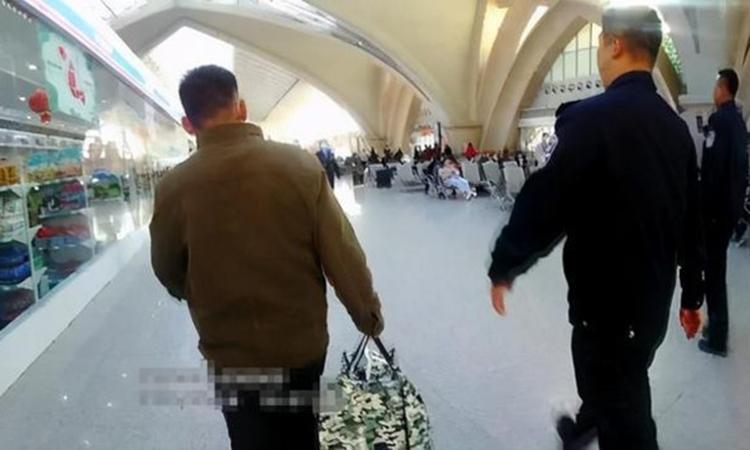 Cảnh sát thành phố Ngân Xuyên đưa ông Lý ra ga tàu để về quê sau 30 năm chạy trốn. Ảnh: ycen.com