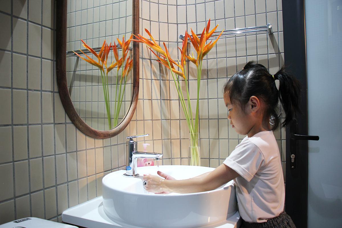 Con gái chị Phạm Thị Bích Thuận rửa tay tại phòng tắm mới. Ảnh: Nhật Lệ.